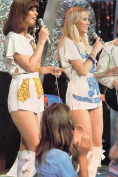 Agnetha Fältskog and Anni-Frid Lyngstad - the babes of ABBA. They could sing, they were supe. Mamma Mia, 70s Fashion, Vintage Fashion, Frida Abba, Abba Mania, 1980s Pop Culture, Mini Robes, Pop Rock, Look Vintage