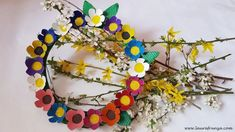 Spring/Easter wreath with flowers made of egg cartons Egg Cartons, Easter Wreaths, Valentines Day, Crafts For Kids, Floral Wreath, About Me Blog, Halloween, Spring, Christmas