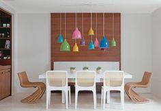esszimmertisch mit stühlen esstisch rund lebendige farbgestaltung designer leuchten