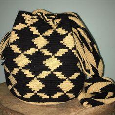 S OL D Medium Size#wayuubags #wayuuchilabags #mochilabags #beach #bohochic #summerbags #beachbags #가방 콜롬비아 북부와 베네수엘라 북서 쪽의 과히 라 반도에 거주하는 아메리칸 인디언 민족 그룹인 와유(Wayuu)부족이 만드는 100% 핸드메이드제품 입니다. 컬러풀한 와유백의 색상은 와유부족의 삶과 일상생활이 담겨있습니다. #칠라백 #모칠라백 #itbag #pompom #fashion #people #handmade #borsa #colorful #unique #handmade #ethnic #boho #bohemian #Colombia #wayuu #style #bohochic #bag #mediumwayuu #geometric #festival #gipsy