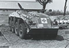 Militaire bijstand tijdens de treinkaping bij De Punt. Een DAF YP-408 pantserwielvoertuig in gewondentransportuitvoering.