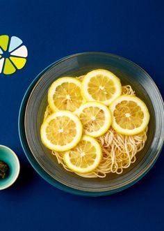 ■ひんやりレモンそうめん  レモンの香りに、柚子こしょうがアクセント。 皮ごと輪切りにしたレモンを乗せて、見た目にも爽やかなおしゃれそうめん。
