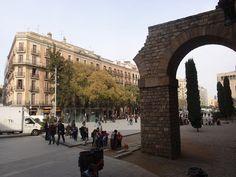 Av. de la Catedral i arc de l'aqueducte romà de Barcino (recosntruit)