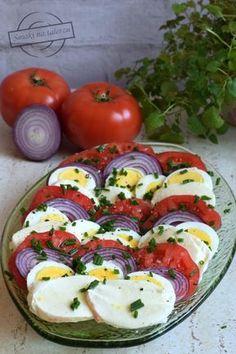 Sałatka z jajek, pomidorów, mozzarelli i czerwonej cebuli – Smaki na talerzu Egg Recipes, Asian Recipes, Cooking Recipes, Healthy Recipes, European Dishes, Going Vegetarian, Breakfast Lunch Dinner, Saveur, Caprese Salad