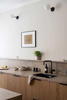 Les cuisines en bois ont la cote ces derniers temps. Et pour les sublimer davantage, on n'hésite pas à ajouter une crédence tendance. Zoom sur 12 d'entre elles. Kitchen Room Design, Kitchen Dinning, Modern Kitchen Design, Home Decor Kitchen, Interior Design Kitchen, New Kitchen, Home Kitchens, Modern Design, Dining Room