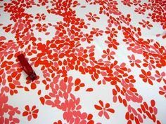 Апрель 1 1200 Шелк тонкий атлас Versace ОРАНЖЕВЫЕ и светло-коралловые листья на белом