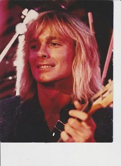 I don't think many women overall go for blondes...but THIS blonde, holy moly....Robin Zander was, is and probably will always be a total doll!!! Yes, I had a MASSIVE crush way back when....