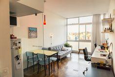 Rafael Maia - Casa Aberta ///// Estar, Jantar, Home Office... tudo junto. Mesa jantar parece de colégio antiga. Cadeiras vintage compradas na Tok & Stock