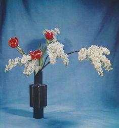Red tulips, and lilac blossoms. Ikebana, the art of arranging flowers ❤️ - Thursday of February 2019 PM Ikebana Arrangements, Floral Arrangements, Deco Floral, Floral Design, Lilac Blossom, Red Tulips, Yellow Roses, Pink Roses, Zen Art
