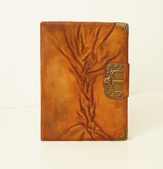 Soft genuine leather notebook for women or men, with tree of life in front. Beautiful handmade whisky brown, rustic journal with dark brown modelled and painted abstract tree, closed by a magnet. Leather Gifts, Leather Books, Leather Jewelry, Handmade Leather, Handmade Notebook, Diy Notebook, Handmade Books, Leather Notebook, Leather Journal