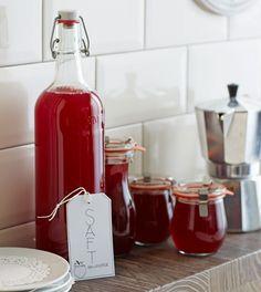 Erdbeeren mit Holunder abgefüllt und aufs Wesentliche reduziert: Den reinen Geschmack. Und der Saft ist so vielfältig: Als Schorle, als Gelee, Wackelpudding oder mal in einem Salatdressing, so überzeugt er uns!