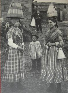 Leiteiras Old Pictures, Old Photos, Vintage Photos, Women In History, Art History, Folk Clothing, Old Photographs, Vintage Photography, Archaeology
