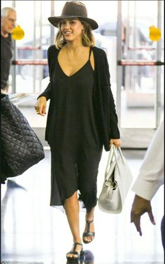 Jessica Alba Didn't Want The Honest Co. To Be Celebrity Driven: Photo Jessica Alba arrives at JFK airport for a departing flight on Friday afternoon (June in New York City. Jessica Alba Outfit, Jessica Alba Style, Jessica Alba Casual, Looks Total Black, Spring Summer Fashion, Autumn Fashion, Spring Style, Travel Clothes Women, Travel Outfits