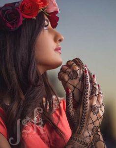 Henna by Neeta MehndiDesigner Mehendi Photography, Indian Wedding Photography, Wedding Photography Poses, Photography Ideas, Bridal Poses, Bridal Photoshoot, Bridal Shoot, Bridal Mehndi Designs, Henna Designs