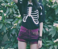 Oh my god this outfit is absolutely perfect. I LOVE the shorts and the shirt *O*