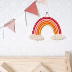 Rope Rainbow oder Seil Regenbogen - Deko-Hus DIY Videos - HomeRope Rainbow oder Seil Regenbogen These rainbows 🌈 can be seen on many accounts and I have not understood the hype until recently and now? Am I addicted A must have in the nursery!DIY r Diy Para A Casa, Diy Home Accessories, Decorative Accessories, Rainbow Wall, Diy Home Crafts, Yarn Crafts, Wall Decor Crafts, Rope Crafts, Creative Crafts