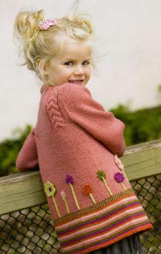 Розовый жакет для девочки, вязаный спицами