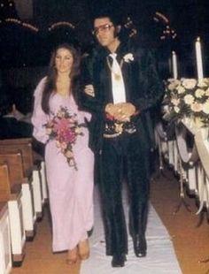 http://images5.fanpop.com/image/photos/25200000/Elvis-Priscilla-elvis-and-priscilla-presley-25204800-328-432.jpg
