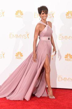 Pin for Later: Die 35 heißesten Outfits von 2014 Halle Berry in Elie Saab bei den Emmy Awards