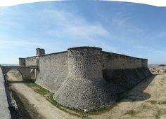 """CASTLES OF SPAIN - Castillo de Chinchón, Madrid. Del siglo XV, y propiedad de la família de los Cabrera desde tiempos de Enrique IV de Castilla. Sufrió daños de consideración por las tropas Comuneras en 1520. En 1590, se demolió los restos y se construyó un nuevo castillo. En 1705 (Guerra de Sucesión), fue ocupado por el ejército del Archiduque de Austria. En 1808 (Guerra de la Independencia), fue expoliado e incendiado por la """"Brigada Polaca"""" del ejército de Napoleón."""