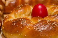19 μικρά μυστικά και 1 συμβουλή για τέλεια Πασχαλινά τσουρέκια! | HuffPost Greece Easter Recipes, Pretzel Bites, Cake Toppers, Hamburger, Bakery, Sweets, Bread, Food, Jars