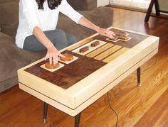 Uma mesa de madeira que vira um controle de NES de verdade.
