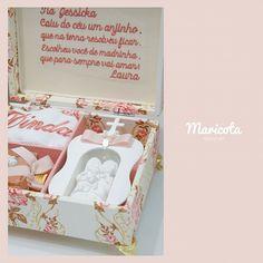 Caixa com mini capela, toalha e difusor de ambientes para fazer o convite especial para a madrinha d - lembrancasdamaricota