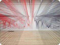 Pae White crea una fascinante obra a partir de hilos de colores.