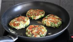Brokkoliburger - LINDASTUHAUG Iron Pan, Zucchini, Food And Drink, It Cast, Vegetables, Kitchen, Cooking, Kitchens, Vegetable Recipes