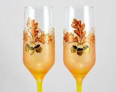 Winter bruiloft bril, sneeuwvlokken bruiloft bril, bril van de zilveren bruiloft, Winter champagne flutes, Hand beschilderde glazen, wijnglazen  KLAAR VOOR SCHIP!  Deze aanbieding is voor set van 2 glazen van de zilveren sneeuwvlokken. De glazen zijn hand geschilderd met mooie zilveren sneeuwvlokken. De basis en de stam van de bril zijn versierd met imitatie bladgoud. Dit creëert een rustieke, vintage effect.  Neem een kijkje hetzelfde ontwerp in goud https://www.etsy.com/uk&#x...