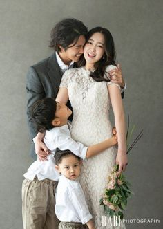 Family Photo Studio, Studio Family Portraits, Family Portrait Poses, Family Picture Poses, Family Portrait Photography, Family Posing, Family Photos, Family Potrait, Industrial Wedding Inspiration