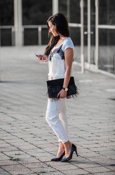Monochrome Look : Camisole und weiße ripped Jeans
