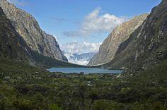 Huaraz está localizado no centro-norte do Peru, cerca de 420 km ao norte de Lima. É a porta de entrada para a Cordillera Blanca, a faixa mais alta dos Andes peruanos e famosa por suas magníficas picos nevados e geleiras . A Cordilheira Blanca inclui Huascarán, a montanha mais alta no Peru em 6768 metros (22.205 pés) e o terceiro mais alto no hemisfério ocidental. É sem dúvida o melhor lugar na América do Sul para a prática de trekking.