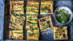 Pai med asparges, vårløk og bacon - Oppskrift - Godt.no Quiche, Zucchini, Nom Nom, Bacon, Yummy Food, Yummy Recipes, Vegetables, Breakfast, Drinks
