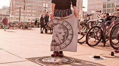 Coletivo de serigrafia utiliza tampas de bueiros para estampar roupas e bolsas - Stylo Urbano