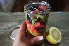 Reemplaza las bebidas gaseosas por agua con sabores naturales que puedes preparar en casa.