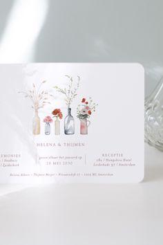 Een vleugje lente met de Antan uitnodiging. Een kaart die jullie huwelijk op een romantische manier aankondigt dankzij de delicate decoratieve illustratie van vazen en wilde bloemen. Place Cards, Place Card Holders, Macaron, Coins, Wedding, Simple, Collection, Wedding Illustration, Center Table