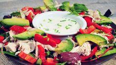 Een simpele maar heerlijke maaltijdsalade met gekookte kip en avocado. Snel klaar, makkelijk om mee te nemen. De kip is sappig en de dressing met gember lekker pittig