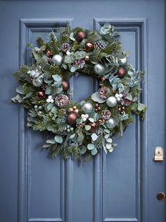 Christmas wreaths for stylish homes | Tom Howley Kerstkrans aan de voordeur #kerstdecoratie #kersttrends #christmas #decoratie #ideas #jul #weihnachten #Ideen #weihnachtsdeko #décorationdenoël #decor #décorationdenoël #Świątecznedekoracje #ideeën #kerst2018 #christmas2018  #kerstversiering #kerstkrans #wreath