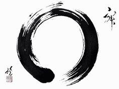 """Ensō (円相) è una parola giapponese che significa generalmente cerchio. Può essere letto anche come """"cerchio di vicinanza"""" o """"cerchio reciproco"""". Viene ritenuto il gesto rivelatore della propria indole in un dato momento. In un unico gesto. La pennellata non presenta interruzioni, e mostra quindi il puro movimento dello spirito. Senza revisioni, senza possibilità di correggere, senza tornare indietro, proprio come nella vita. Funge da oblò per scrutare nell'animo di chi lo ha tracciato."""