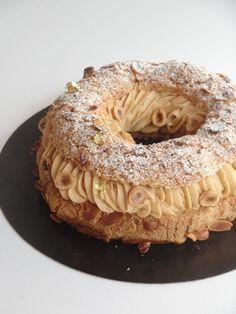 Le Paris-Brest est un classique de la pâtisserie Française et c'est pour moi l'un des gâteaux les plus gourmands ( l'un des plus riches, aussi… ). Esthétiquement on reste dans la tradition, c'est comme ça que je le préfère, tellement généreux, ça fait vraiment gâteau de fête. On retrouve la pâte à choux, un petit craquelin, une crème mousseline au praliné, et pour encore plus de gourmandise et de texture: un croustillant praliné et quelques noisettes torréfiées. Recette pour un Paris-Bre...