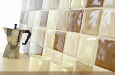 Если между керамическими плитками на стенах кухни образовались серые полосы