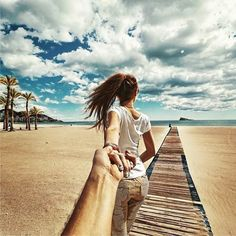 The couple that plans to travel the entire world is back with another amazing photo collection. Photographer Murad Osmann and his girlfriend are known for being anywhere but home and having the photos to prove it. Osmann takes photos of his… Beach Pictures, Couple Pictures, Beach Pics, Pictures Images, Fashion Pictures, Murad Osmann, Poses Photo, Photo Props, Photo Couple