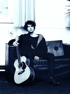 Luke Pritchard - The Kooks David Bowie, Brighton, Indie Rock Fashion, Rock Style Men, Fashion Communication, Male Models Poses, The Kooks, Architecture Tattoo, Famous Singers