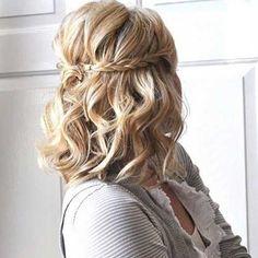 Kısa saçınızı örgü ile süsleyebilirsiniz. İki taraftan saçlarınızı örüp ortada birleştirerek değişik bir tarz elde edebilirsiniz. #kısasaçlar #kısasaçmodelleri #kısasaçmodası #kısasaçresimler #kısasaçtarzı http://kısasaçmodelleri.com/2015/08/28/kisa-sac-modelleri-3/4
