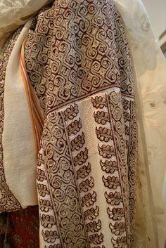 Popular Folk Embroidery Romanian blouse - ie. Embroidery On Clothes, Folk Embroidery, Embroidery Patterns, Folk Fashion, Fashion Art, Military Costumes, Dress Design Sketches, Hippy Chic, Folk Costume