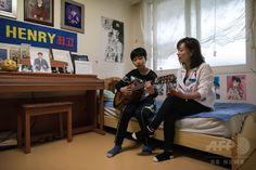 息子の部屋で、Kポップグループの歌を息子(左)と歌うパク・シウさん(2015年3月18日撮影)。(c)AFP/Ed Jones ▼12May2015AFP|Kポップにはまる韓国の中年女性たち、「音楽愛に年齢はない」 http://www.afpbb.com/articles/-/3047835