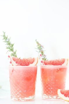 Rosemary, Grapefruit, & Gin Cocktails: If you like savory, herbal flavors in your cocktails, then you'll love this colorful drink. Click through to find more holiday drink recipes for your Easter party. Easter Cocktails, Pink Cocktails, Holiday Drinks, Fun Drinks, Yummy Drinks, Alcoholic Drinks, Party Drinks, Beverages, Popular Cocktails