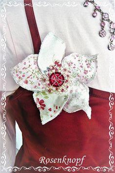 Bezaubernde, plastisch wirkende Blütenbrosche in Ivory und Rosa mit Blümchenprint und Perlenstickerei♥