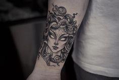 9 Beautiful And Scary Medusa Tattoo Designs - Tattoo Mädchen Tattoo, Tattoo Trend, Head Tattoos, Badass Tattoos, Snake Tattoo, Piercing Tattoo, Forearm Tattoos, Cute Tattoos, Beautiful Tattoos